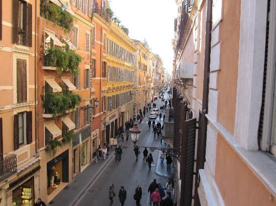 Portrait Roma: 部屋の窓から通りを