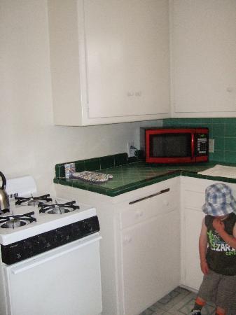 Cal Mar Hotel Suites: kitchen 2