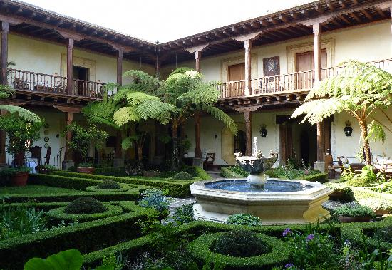 Palacio de Dona Leonor: Patio.