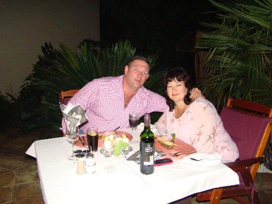 Ipe Tombe Guest Lodge : Barbara & Jannie at Ipe Tombi, Dinner at the swimmingpool