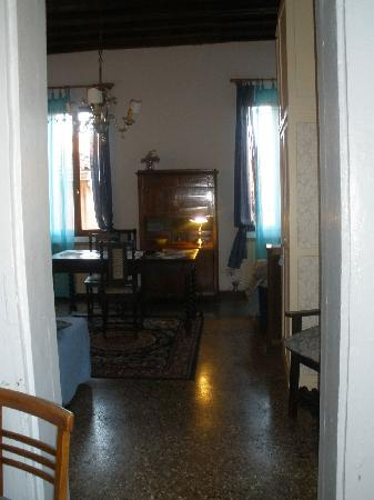 Cà Badoer dei Barbacani : Looking into the apartment from the entry way