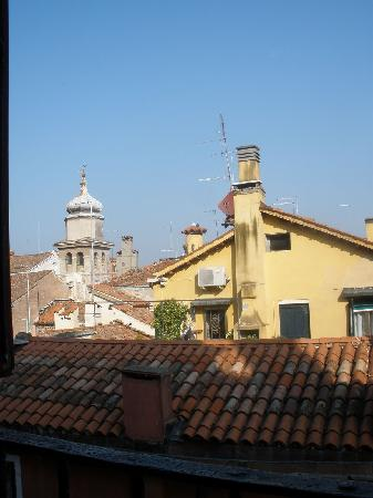 Cà Badoer dei Barbacani : Turning to the right to look out the window over Venice
