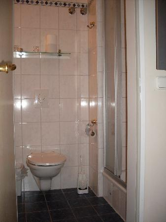 Astrid Hotel am Kurfürstendamm: Bathroom - single & 4 bed room