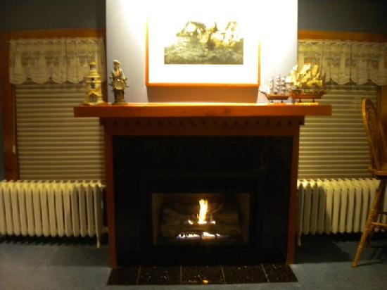 The Firelight Inn on Oregon Creek Bed and Breakfast: fireplace