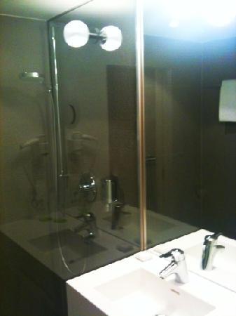 H'Otello F'22: modernes Badezimmer
