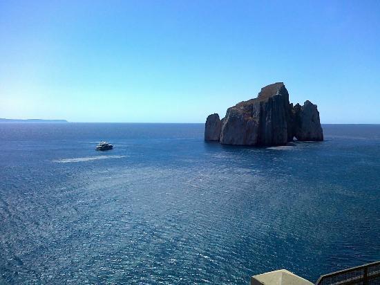 Sardinia, Italy: Vista del 'pan di zucchero' dall'interno del sito minerario di Porto Flavia
