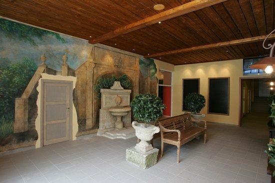 Del Corso: Entrance hallway