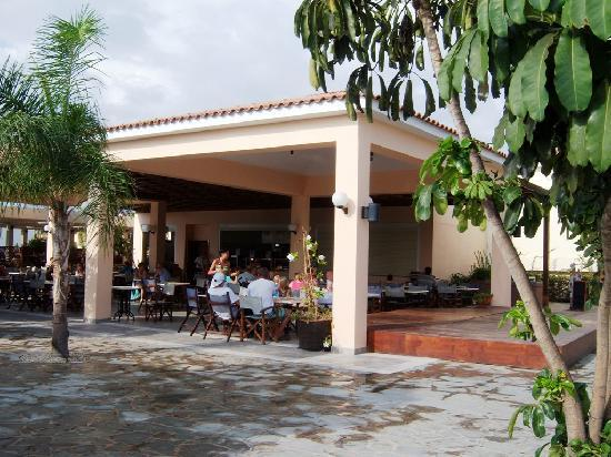 Avanti Holiday Village: Avanti Village snack bar, near pool