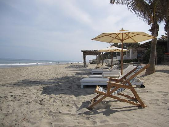Claro de Luna Hotel: A view down the beach towards mancora