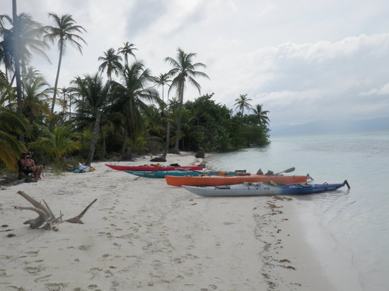 Adventures Panama : meal break at San Blas Sea Kayak Expedition