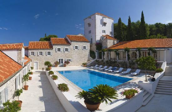 Maslinica, Kroatië: The pool & tower