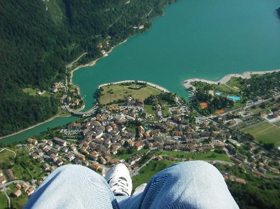 Molveno, Italie : Voleggiando tra il lago e le Dolomiti