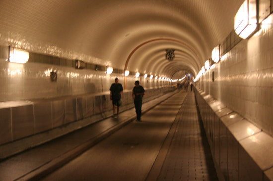 Alter Elbtunnel : leerer Tunnel