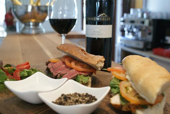 WedgeView Country House & Spa: Steak Baguette & Zonneweelde wine