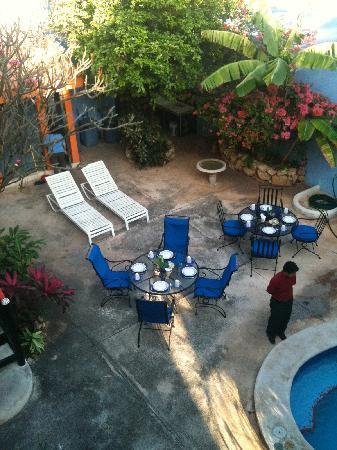 Hotel Medio Mundo: breakfast/pool area with staff making sure all is well