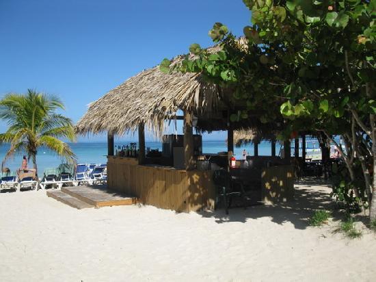 Beaches Negril Resort & Spa : beach bar