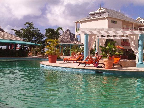Bay Gardens Beach Resort: pool