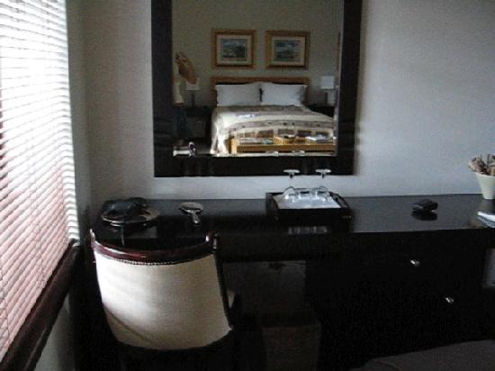 Kanonkop Guest House: Dressing table in room