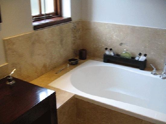 Kanonkop Guest House: Bathtub