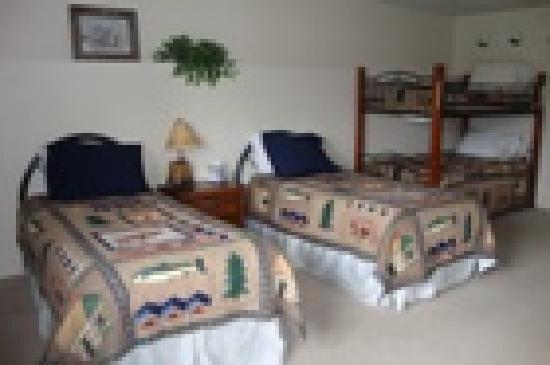 Longmere Lake Lodge: Lakeside Apt. Master Bedroom