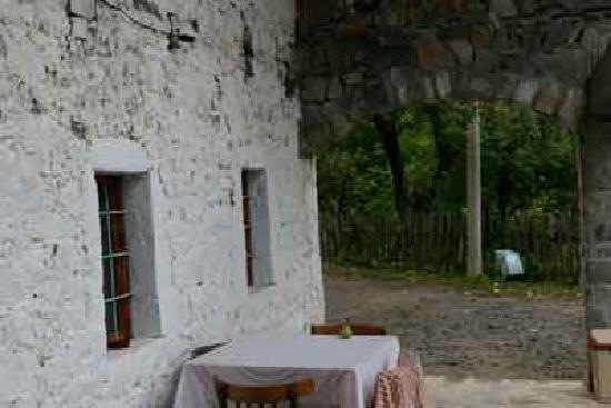 Theth, Albania: la casa vista  da la porta di ingresso