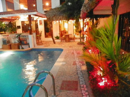 Hotel Punta Chame Villas: Evening by the pool