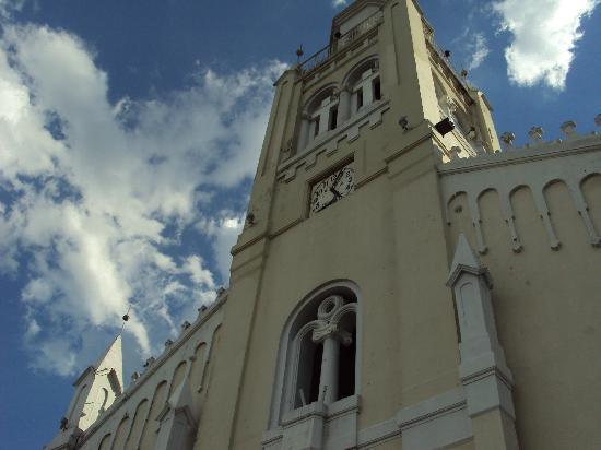 Aregua, Paraguay: Fachada de la iglesia