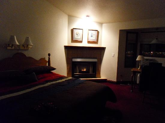 Hilltop Inn & Suites: Bed & Fireplace at Night