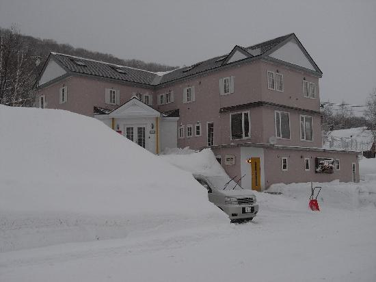 Popcorn Lodge : View from the outside. Lots of snow!