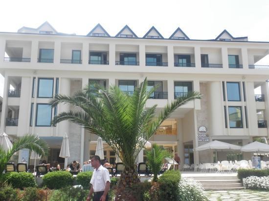 Golden Lotus Hotel: Вид отеля со стороны моря 2010г