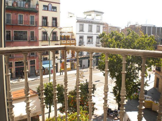 Hostal Puerta Carmona : vue de la chambre