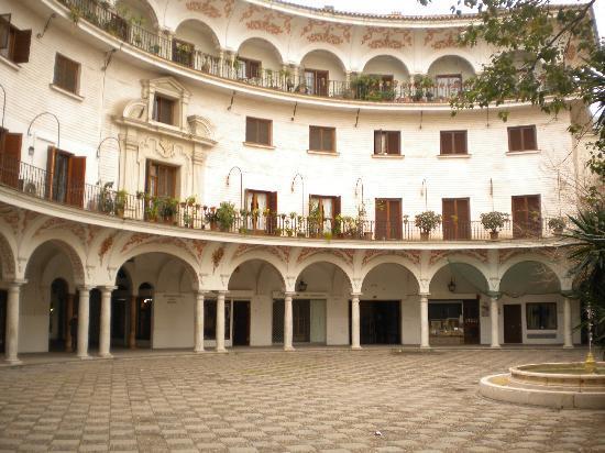 Hostal Puerta Carmona : maison des pilates 5mnde l'hôtel entrée gratuite le mercrcredi après-midi pour cee