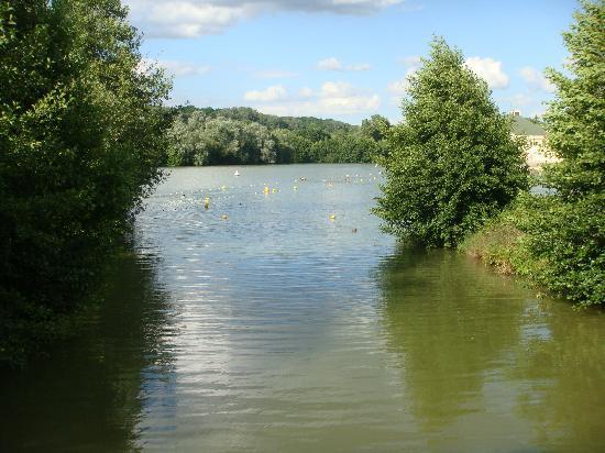 Les Roulottes de Bois le Roi: Le lac avec la plage à droite