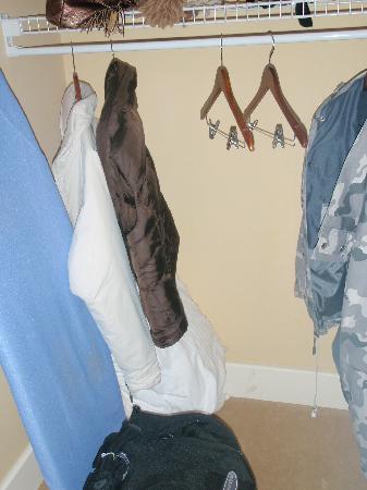 جاكسون جور إن: One closet.