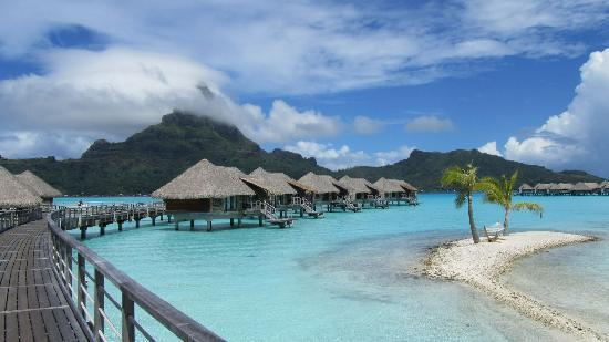 InterContinental Bora Bora Resort & Thalasso Spa: view of rooms from walk-way