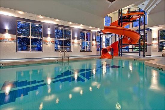 Holiday Inn Express Hotel & Suites Calgary South: Pool & Waterslide Holiday Inn Express Calgary South