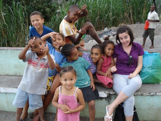 Santo Antao, الرأس الأخضر: niños jugando en la plazoleta
