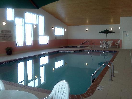 GrandStay Hotel & Suites Perham, MN: The pool and whirlpool.  They had some of those floatation 'noodles' to play with.