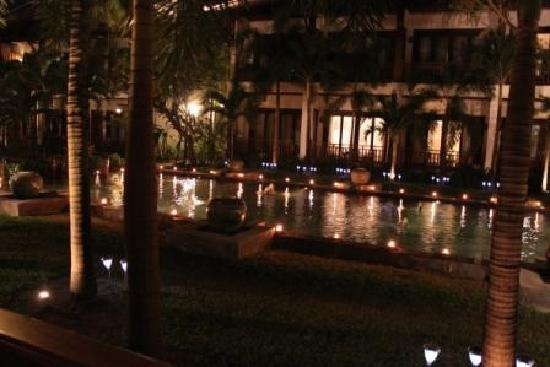 Green Park Boutique Hotel: Hotel pond at night