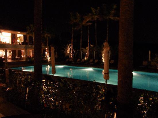 ذا أتا تيراس كلوب تاورز: 夜のプールは雰囲気がいい