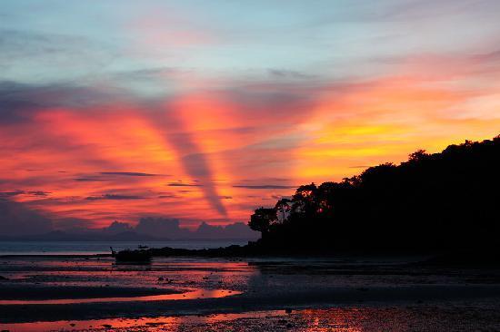 Phi Phi Island Village Beach Resort : Sunrise from the hotel beach