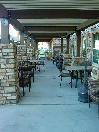 TownePlace Suites Yuma: Outside shade area by the BBQ and Pool.