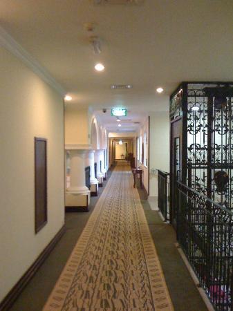 Movenpick Hotel Kuwait: Upstairs Hallway