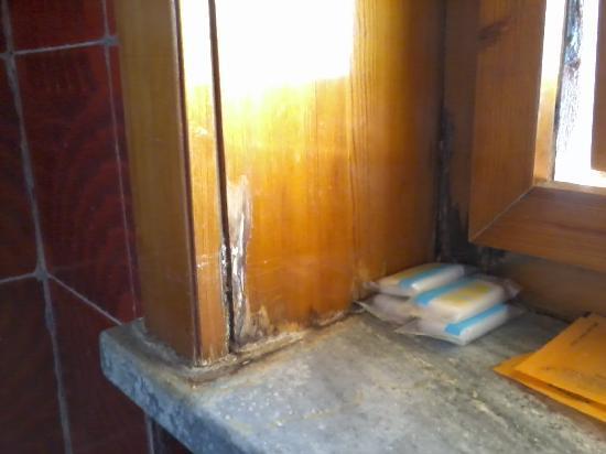 Grand Hotel Terme Astro: Infissi del bagno rovinati dalle infiltrazio d'acqua.