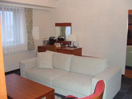 Hotel Kanazawa: ソファのあるリビング