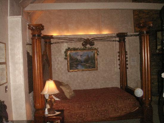 Honeymoon Hills Cabin Rentals: wonderful bed