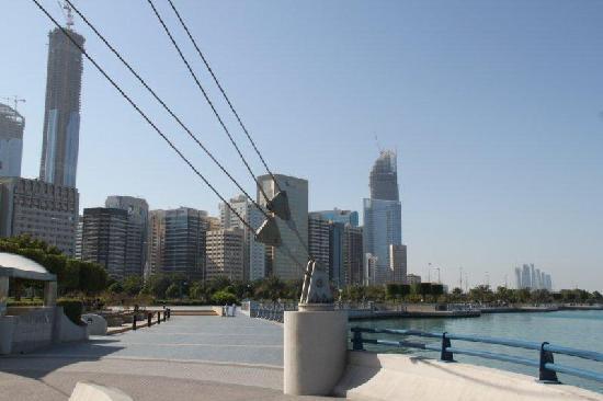 Mercure Abu Dhabi Centre Hotel: Abu Dhabi - die kilometerlange Corniche - herrlich zum spazieren oder Fahrrad fahren
