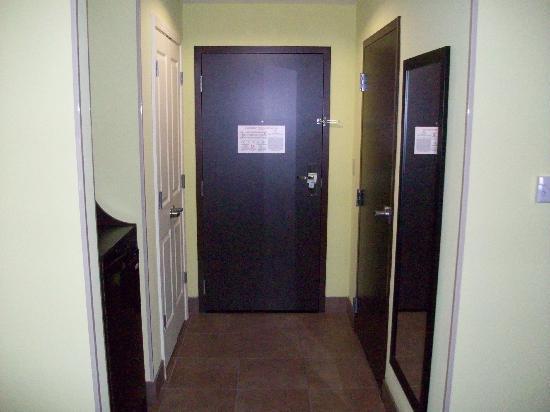 Holiday Inn Garland: front door area