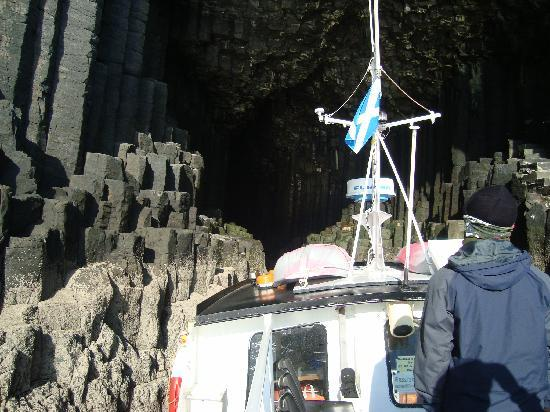 Esplanade Court Holiday Apartments: Entering Fingal's Cave on Turus Mara trip from Oban