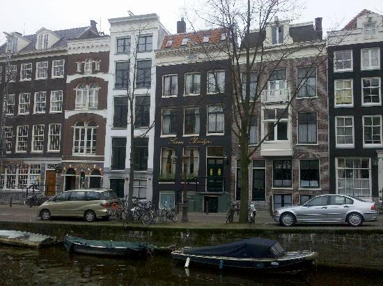 Seven Bridges Hotel: Canal front